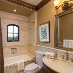 интерьер ванной в светлом цвете со светом и натяжным потолком