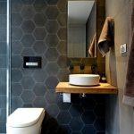 дизайн ванной в светлых тонах с вставками и рисунком