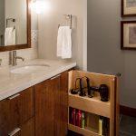 интерьер ванной в темном цвете с вставками и натяжным потолком