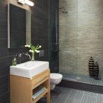 дизайн ванной в светлом цвете со светом и рисунком
