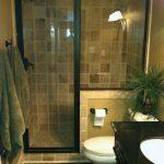 дизайн ванной в светлых тонах со светом и картиной