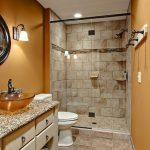 интерьер ванной в темном цвете с вставками и картиной