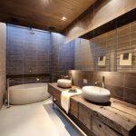 дизайн ванной в светлом цвете с вставками и натяжным потолком
