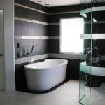 дизайн душевой комнаты в темном цвете фото