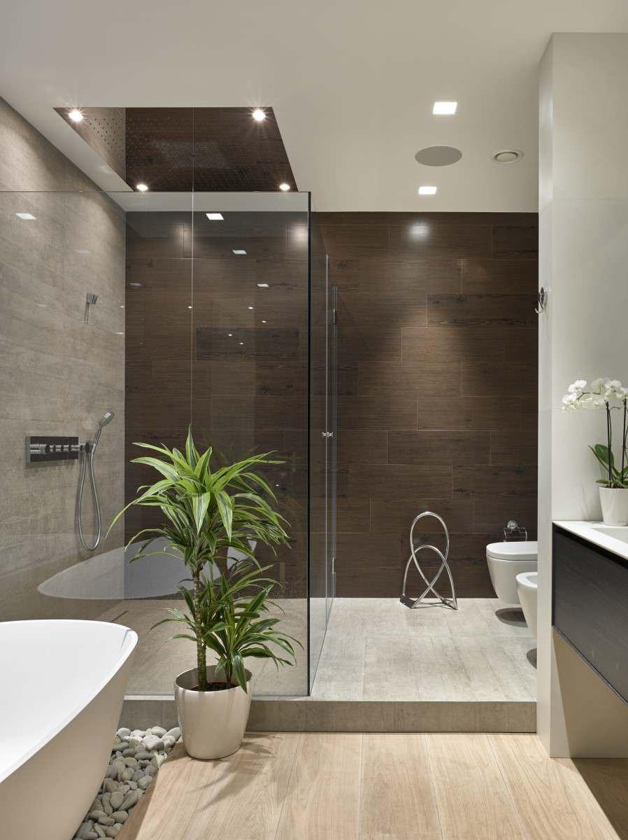 интерьер ванной комнаты в доме в ярком свете