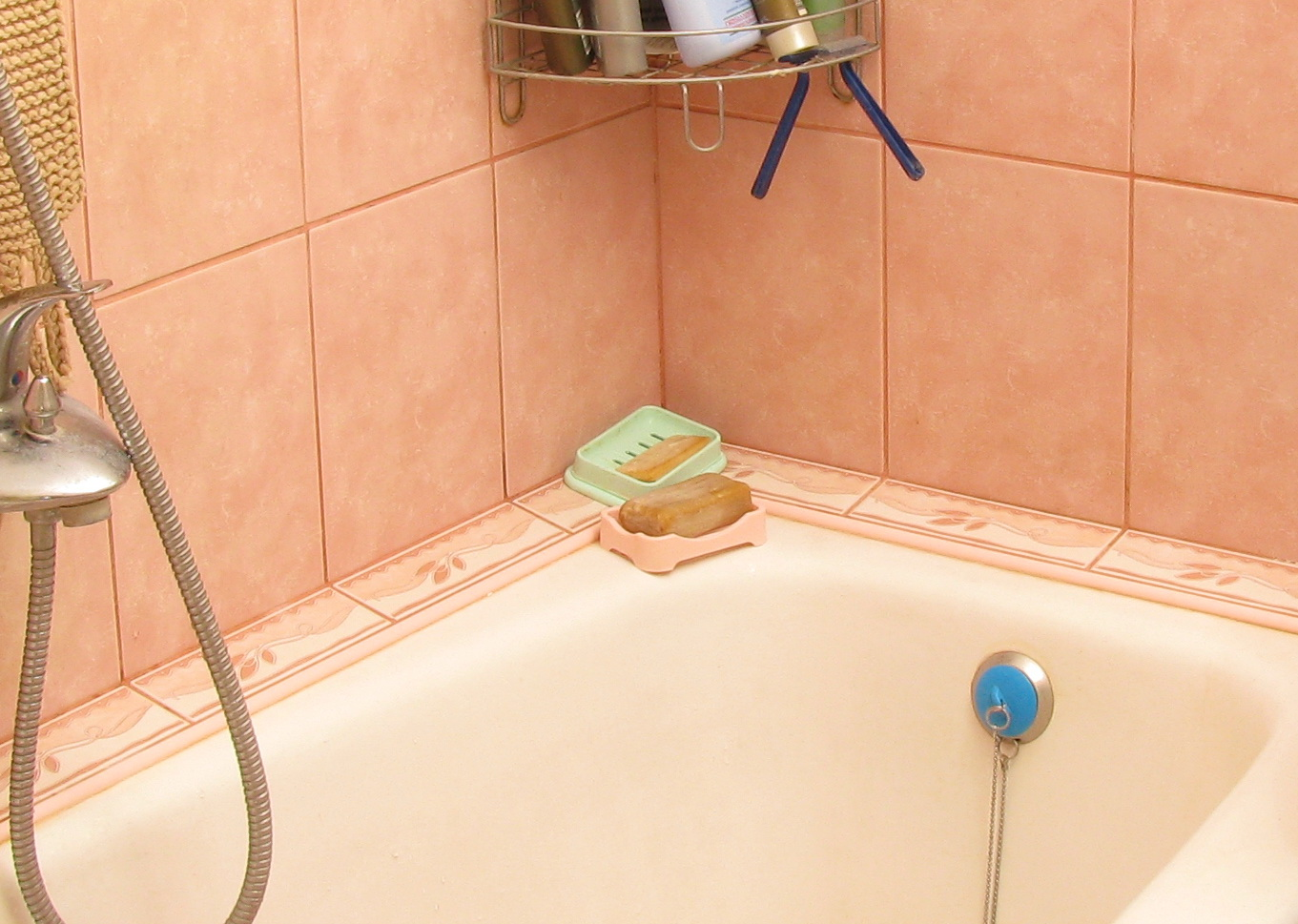 Как сделать бордюр в ванной у стены фото 33