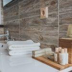 имитация дерева смотрится органично в ванной комнате