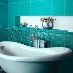 зеленая ванная комната с красивой ванной