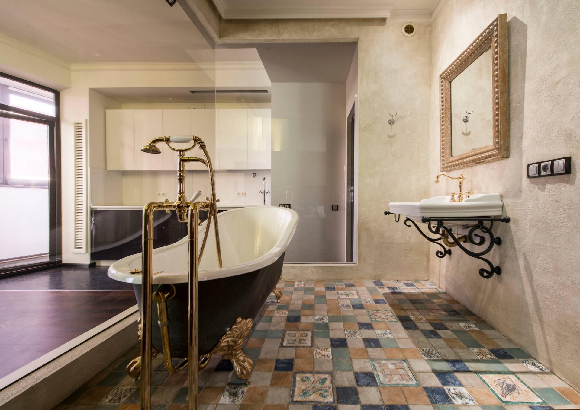 интерьер ванной душевой в доме в ярком свете