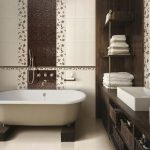 бело-коричневая ванная, облицованная плиткой