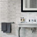 симпатичная керамическая плитка в интерьере ванной в стиле модерн в темных тонах