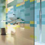 красивая керамическая плитка в ванной комнате в стиле печворк в светлых тонах