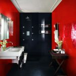 красно-черное оформление ванной