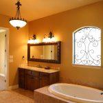 теплый свет в ванной комнате в сочетании с теплыми оттенками плитки