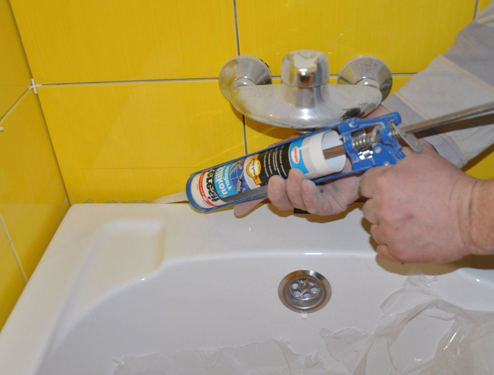 монтаж плинтуса для ванной