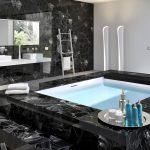 черная ванная с черными элементами декора