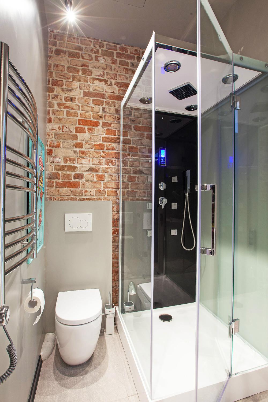 небольшая душевая кабина в маленькой ванной комнате