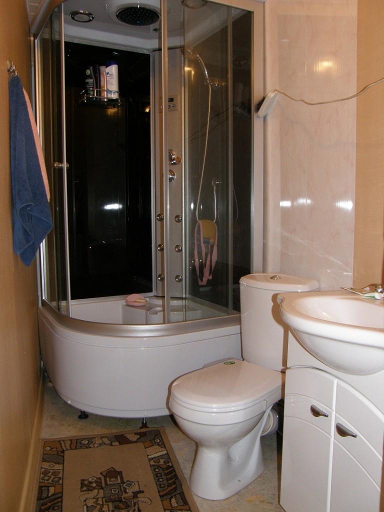 белая кабина душевая в ванной