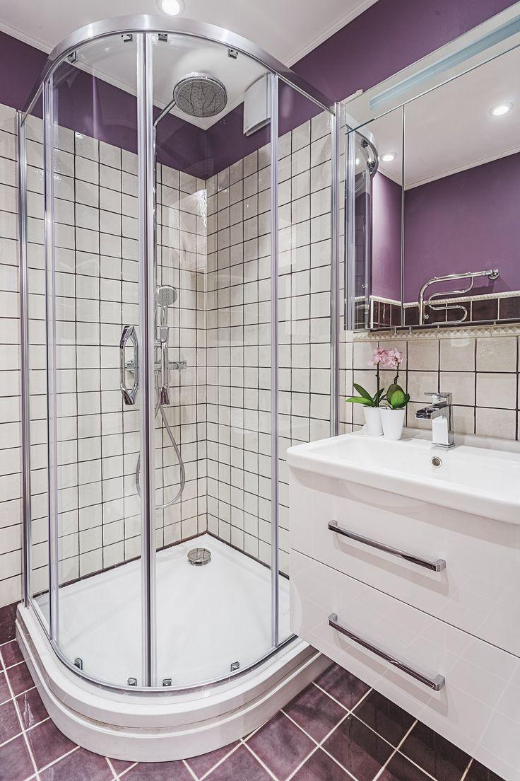 небольшая кабина душевая в ванной комнате