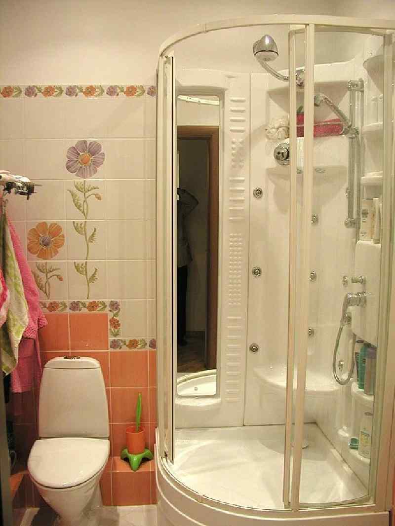 небольшая кабина душевая в маленькой ванной комнате