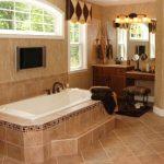 симпатичная керамическая плитка в ванной комнате в стиле классика в светлых тонах