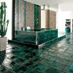 яркая керамическая плитка в ванной комнате в стиле печворк в темных тонах