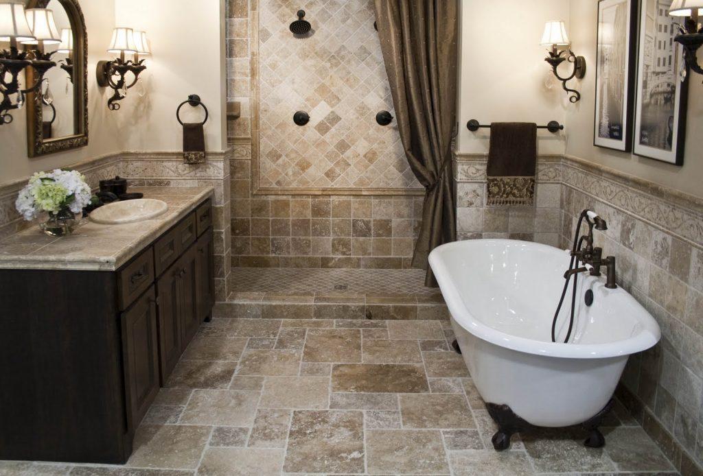 ванная комната с люстрами с необычным кафелем
