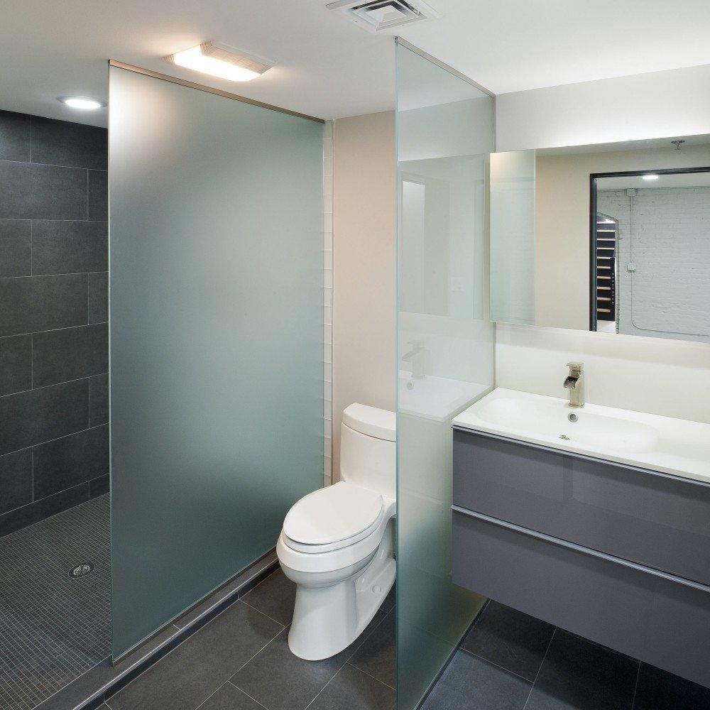 перегородка в ванной комнате ограждает ванну от туалета