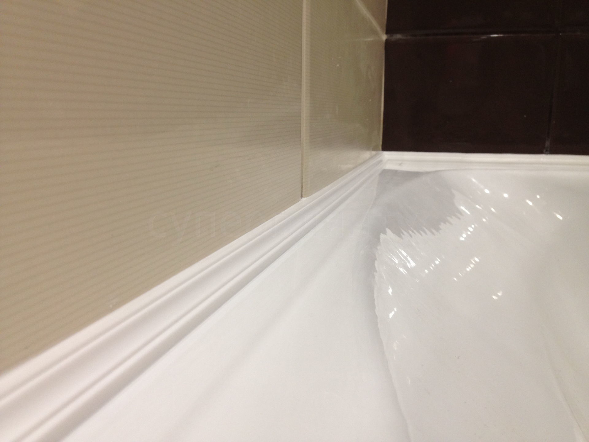 Как сделать бордюр в ванной у стены фото 425