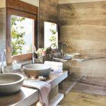 имитация дерева в плитке в ванной комнате