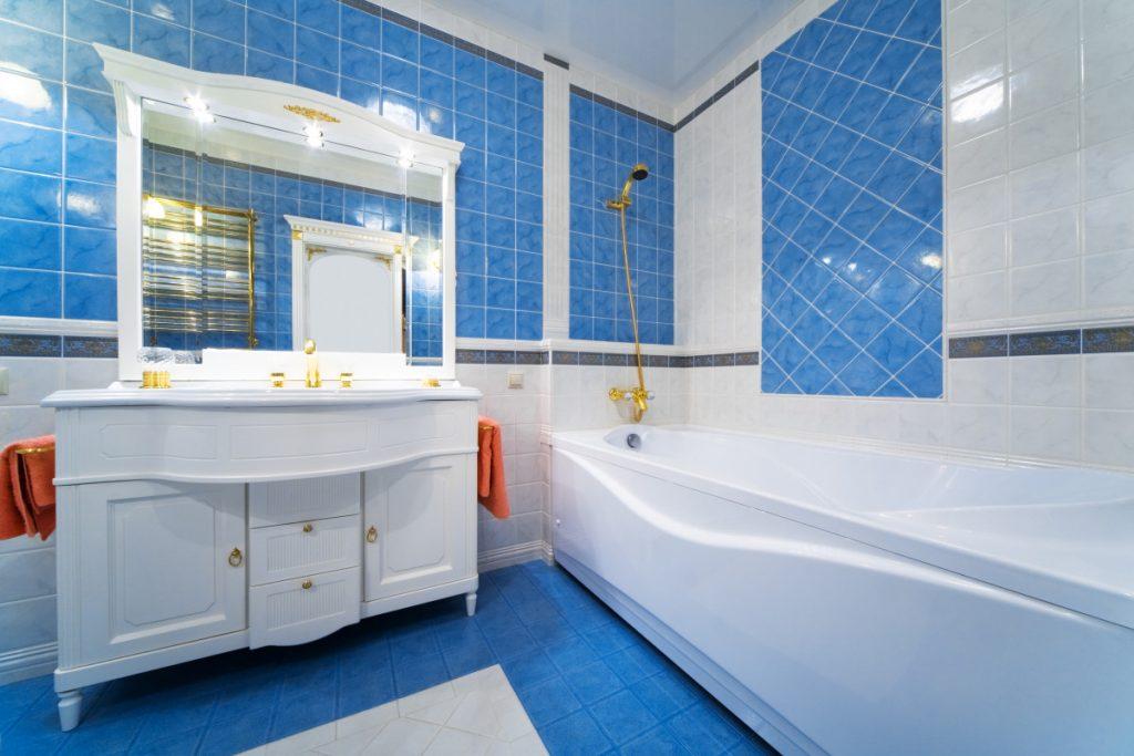 красивый и простой дизайн ванной, облицовка плиткой в синих тонах