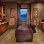 интерьер ванной в темных тонах со светом и рисунком