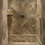 красивая керамическая плитка в интерьере ванной в стиле печворк в светлых тонах
