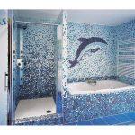 декор в виде дельфина в ванной