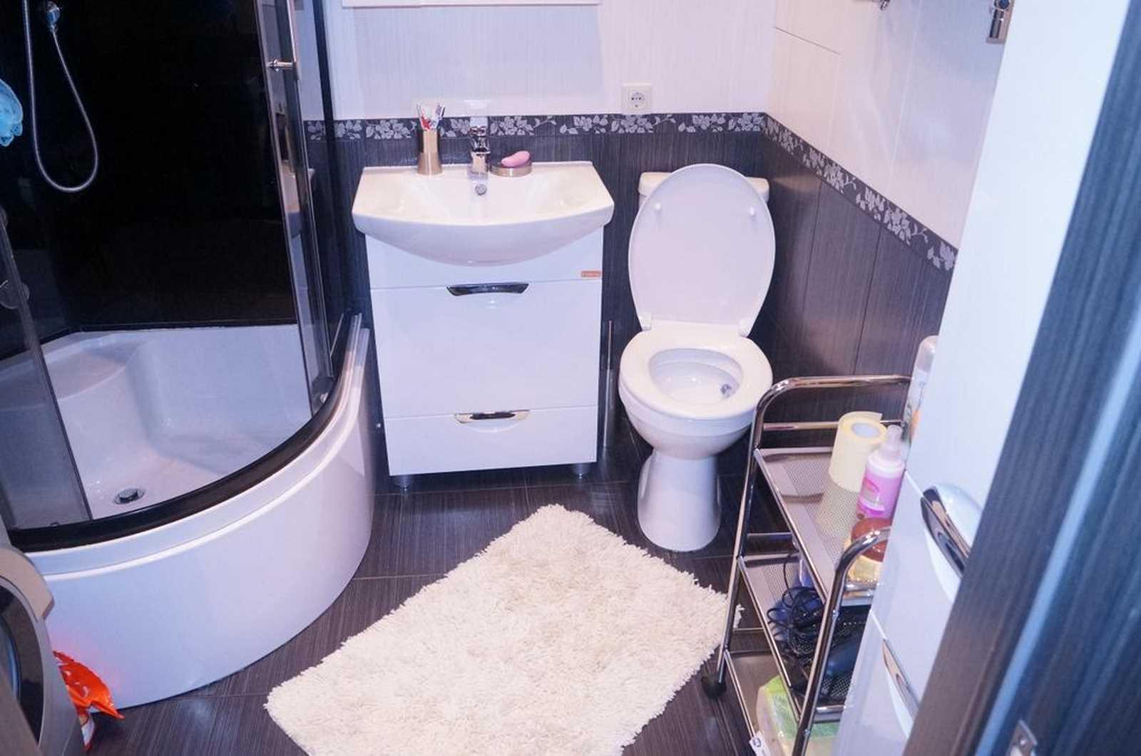 светлая душевая кабина в ванной комнате