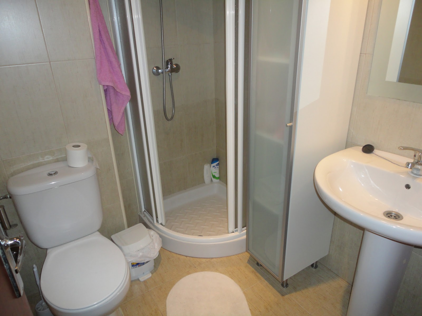 яркая душевая в маленькой ванной комнате