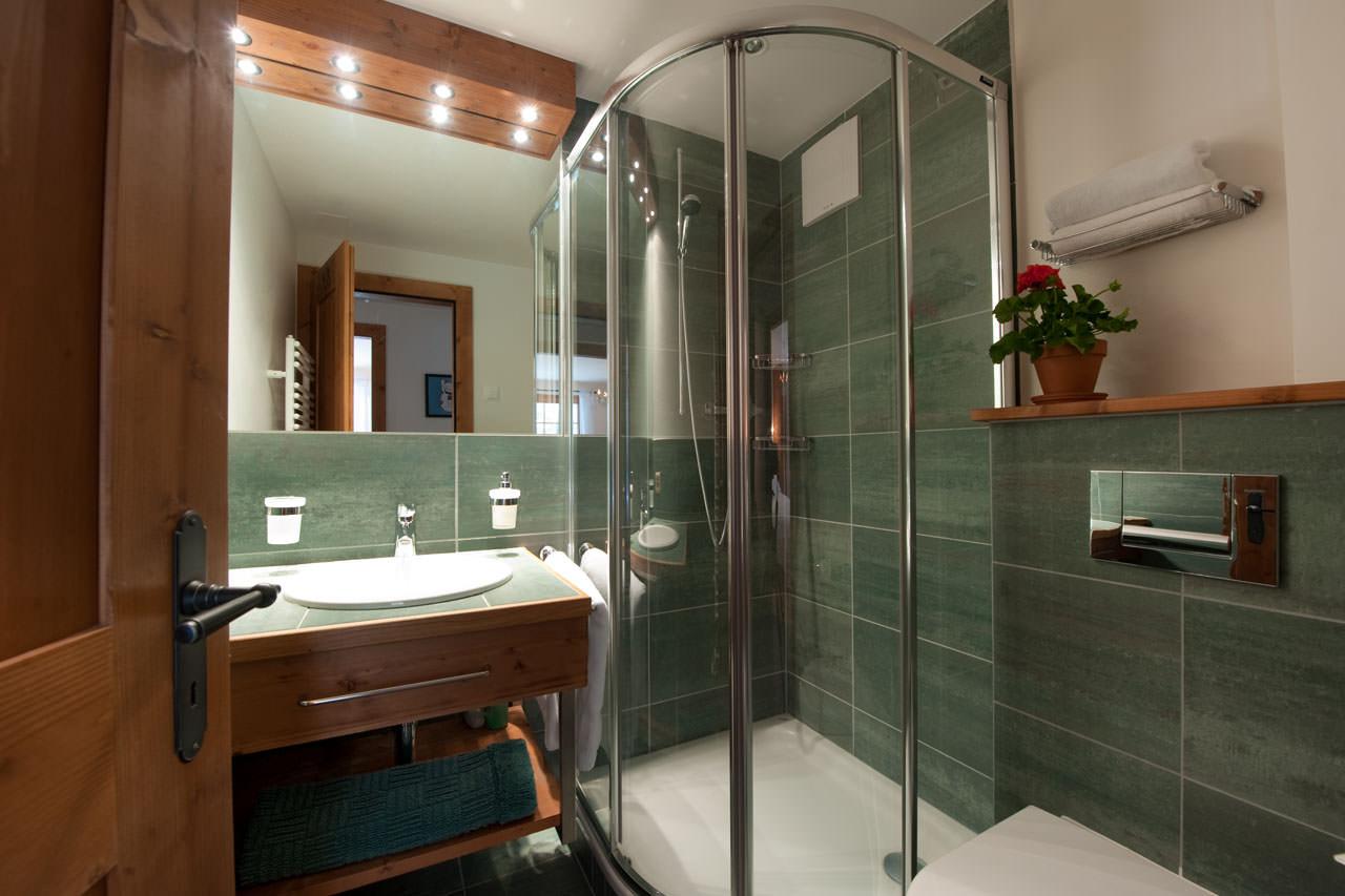 белая кабина душевая в маленькой ванне