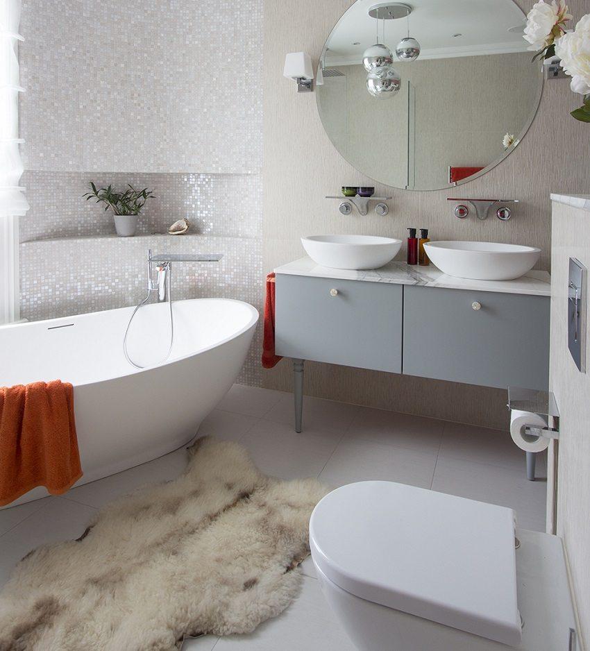 унитаз напротив ванной стоит