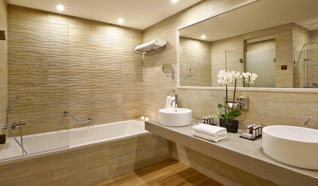 ванная с вазоном цветов
