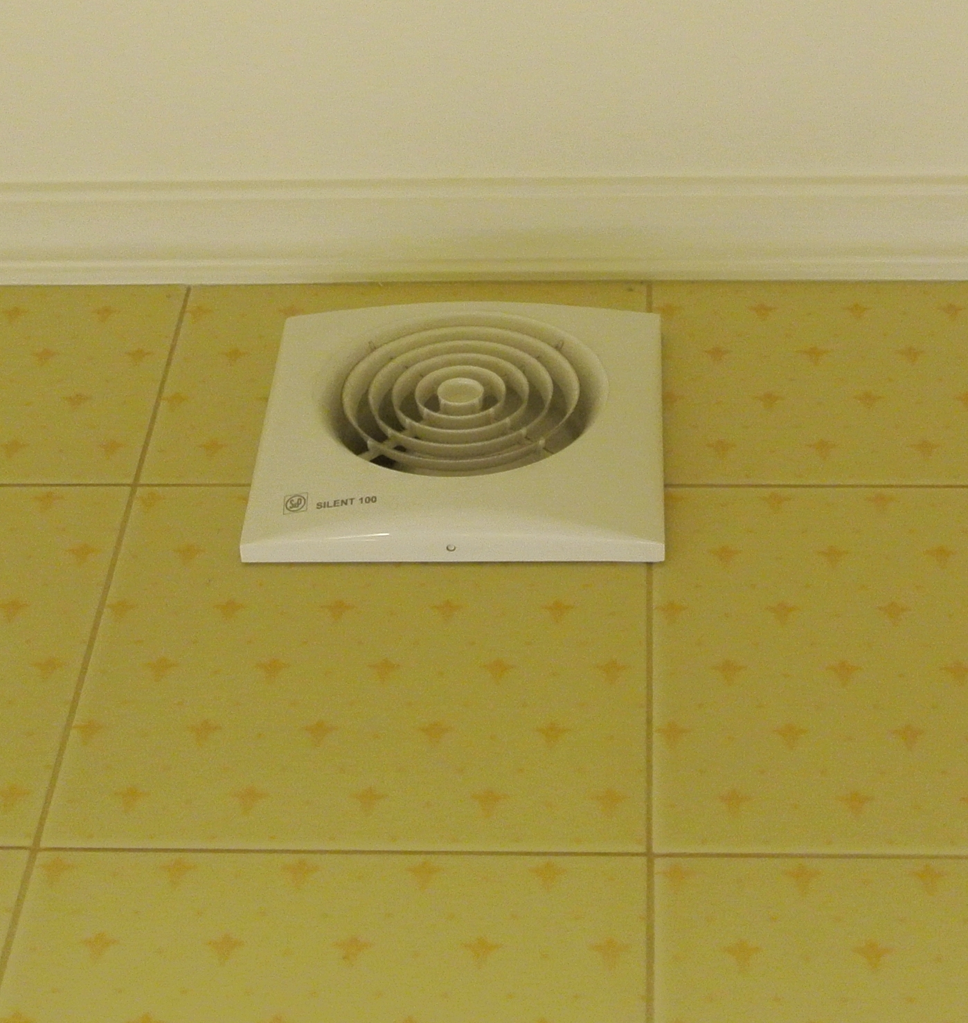 вытяжной вентилятор в интерьере ванной
