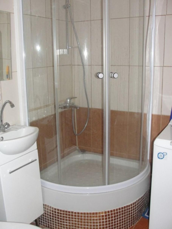 яркая душевая кабина в маленькой ванной комнате