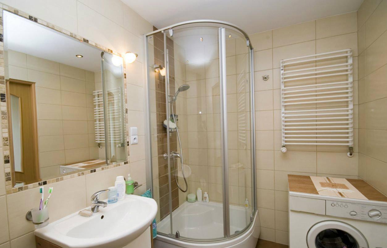 светлая кабина душевая в маленькой ванной комнате