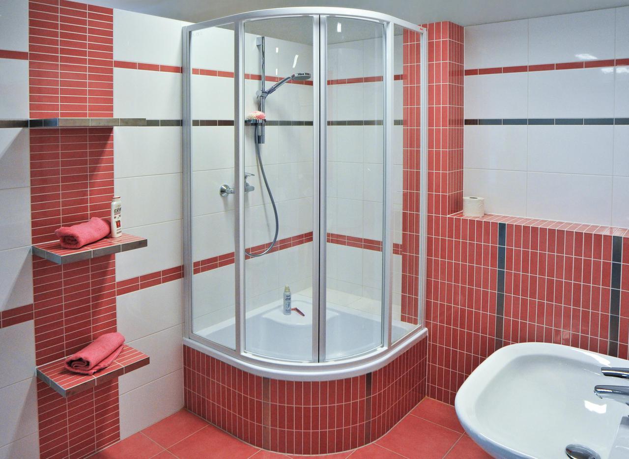 небольшая душевая в маленькой ванной комнате