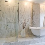 симпатичная керамическая плитка в интерьере ванной в стиле печворк в темных тонах