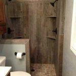 необычная керамическая плитка в ванной комнате в стиле печворк в темных тонах
