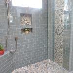 яркая керамическая плитка в интерьере ванной в стиле классика в темных тонах