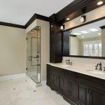 яркая керамическая плитка в интерьере ванной в стиле прованс в светлых тонах