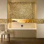 золотая плитка в ванной комнате