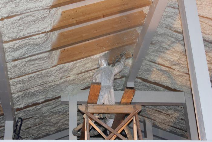 Бесшовная пенополиуретановая теплоизоляция в доме и отделка балкона