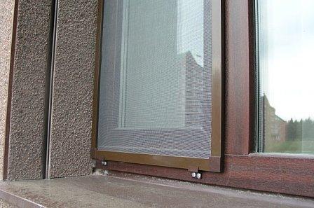 moskitnaya setka na okno korichnevaya 1